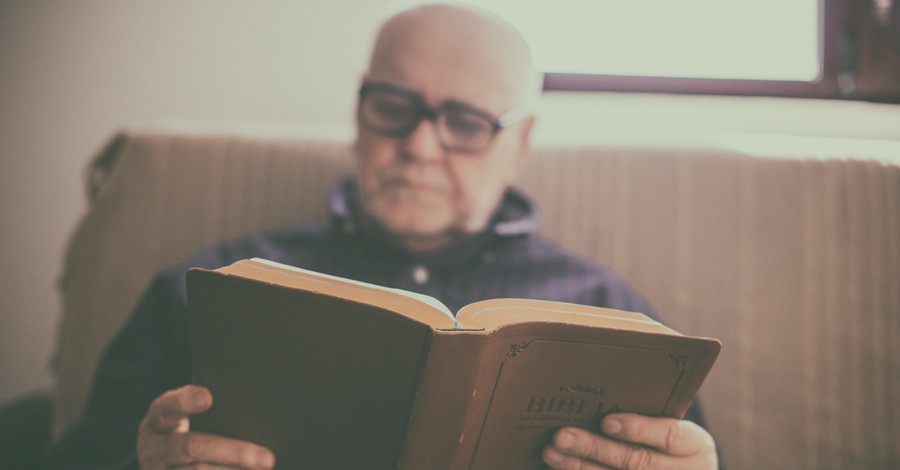 A man reading a Spanish Bible, 59 percent of American Bible readers still prefer print copies