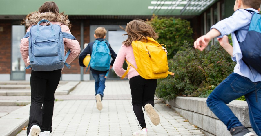 School kids running, a new Scottish guidance says kids can change their gender identity without their parent's consent