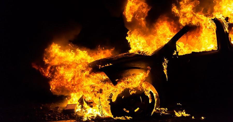 A burning car, 5 good Samaritans rescue an elderly couple from a burning car