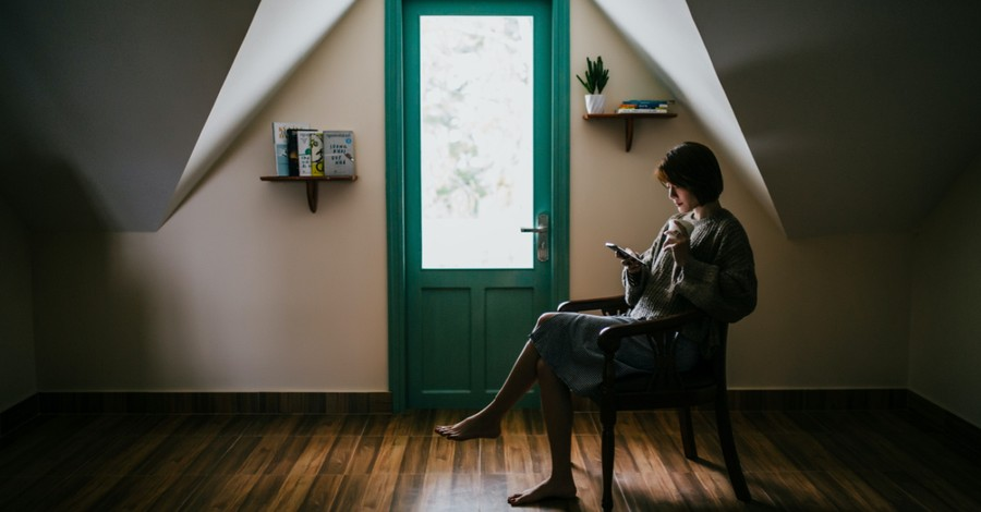 Woman alone in a house, young people are adopting relational minimalism