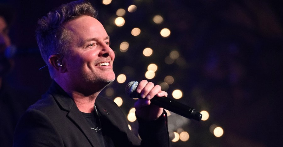 Chris Tomlin Sings 'Good Good Father' with Stephen, Ayesha Curry during Instagram Live Event